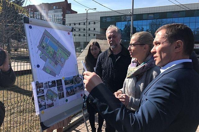 Возможность устройства новых фонтанов у загса обсудил с общественностью мэр Бердников.