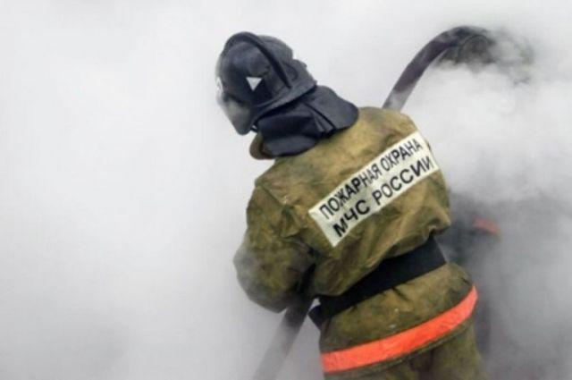 Пожарные работают на месте возгорания.