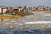 Спасатели сообщают, что обстановка на реке под контролем.