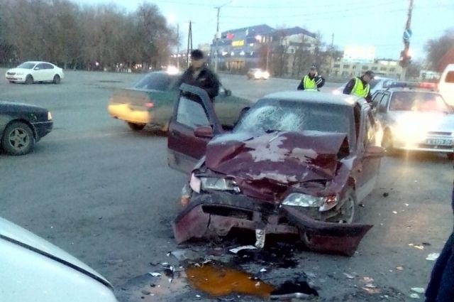 В Орске в лобовом столкновении двух иномарок пострадал человек