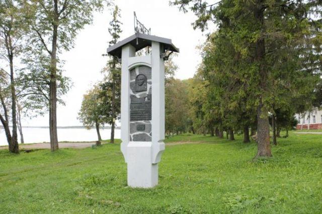 Памятник А. Баранову в Каргополе