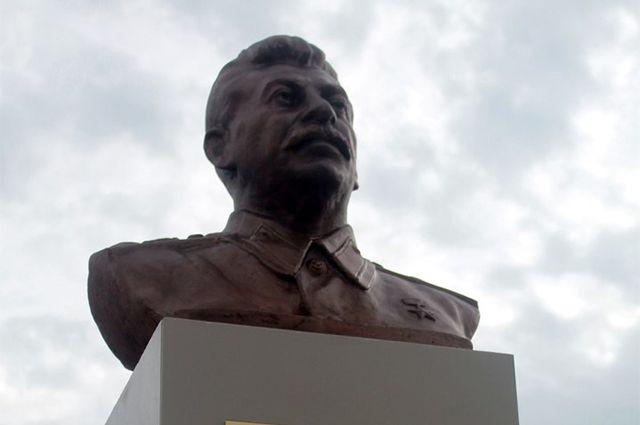 Власти Сургута согласовали установку бюста Сталина вгороде