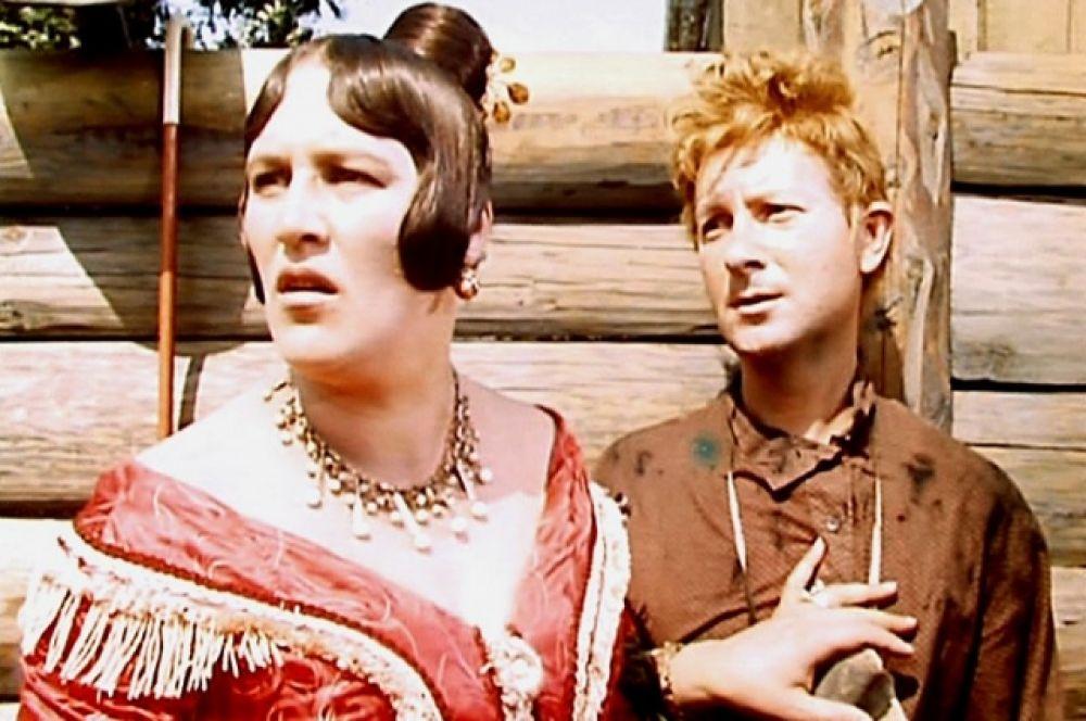 «Женитьба Бальзаминова», 1964 г. Актер прекрасно воплотил в ленте образ мелкого чиновника Миши Бальзаминова, мечтающего выгодно жениться. И снова артист играет героя, который гораздо младше чем он сам. По пьесе Мише 25 лет. Вицину же на момент съемок исполнилось 45. Чтобы выглядеть моложе, актер похудел и придумал специальный грим. В одном из интервью он признавался, что рисовал веснушки, чтобы скрыть морщины.