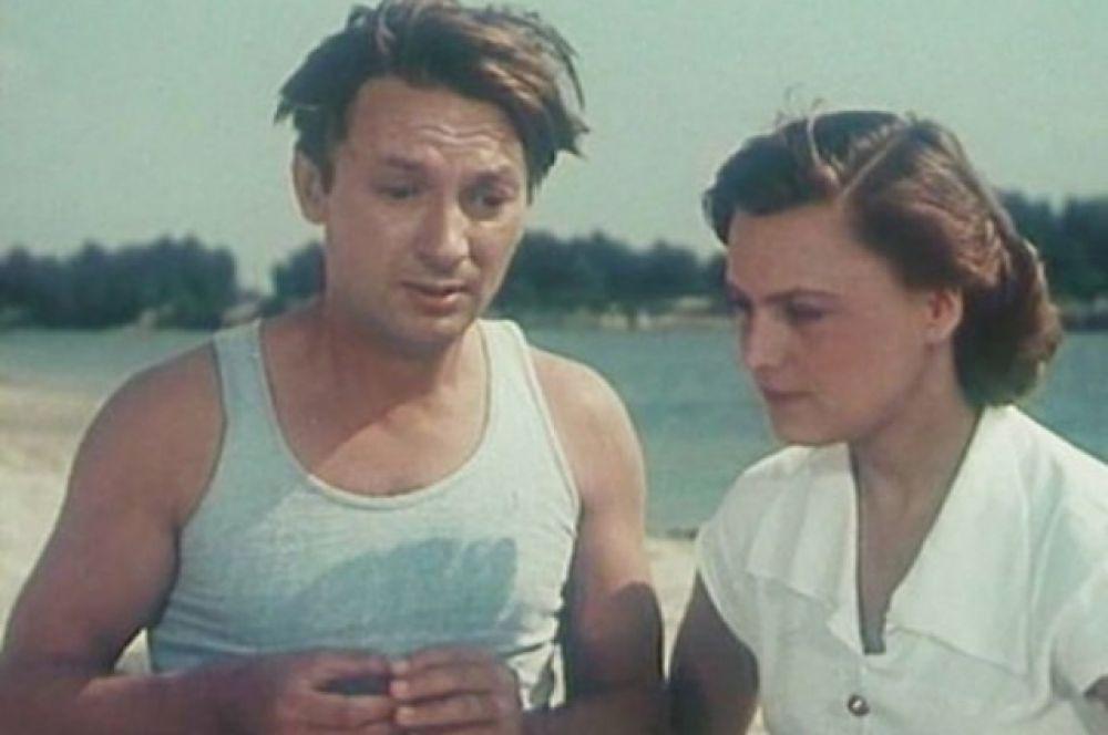 «Она вас любит», 1957 г. История о скромном и застенчивом работнике зоопарка, который влюбляется в девушку с обложки журнала «Огонек». Интересно, что Вицин был намного старше своего киношного героя – в ленте он играет юного паренька, а на деле актеру было уже хорошо за 30.
