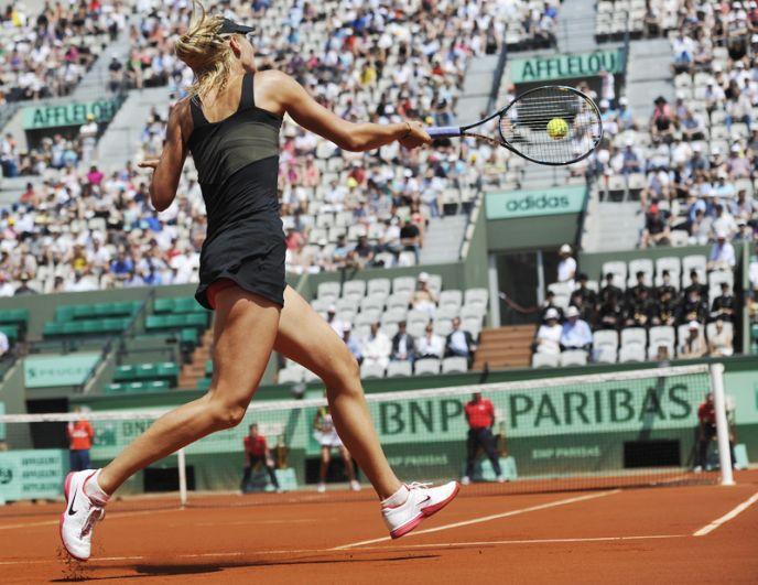 2012 год. Мария Шарапова во время матча 1-го круга Открытого чемпионата Франции по теннису среди женщин против теннисистки из Румынии Александры Каданту.