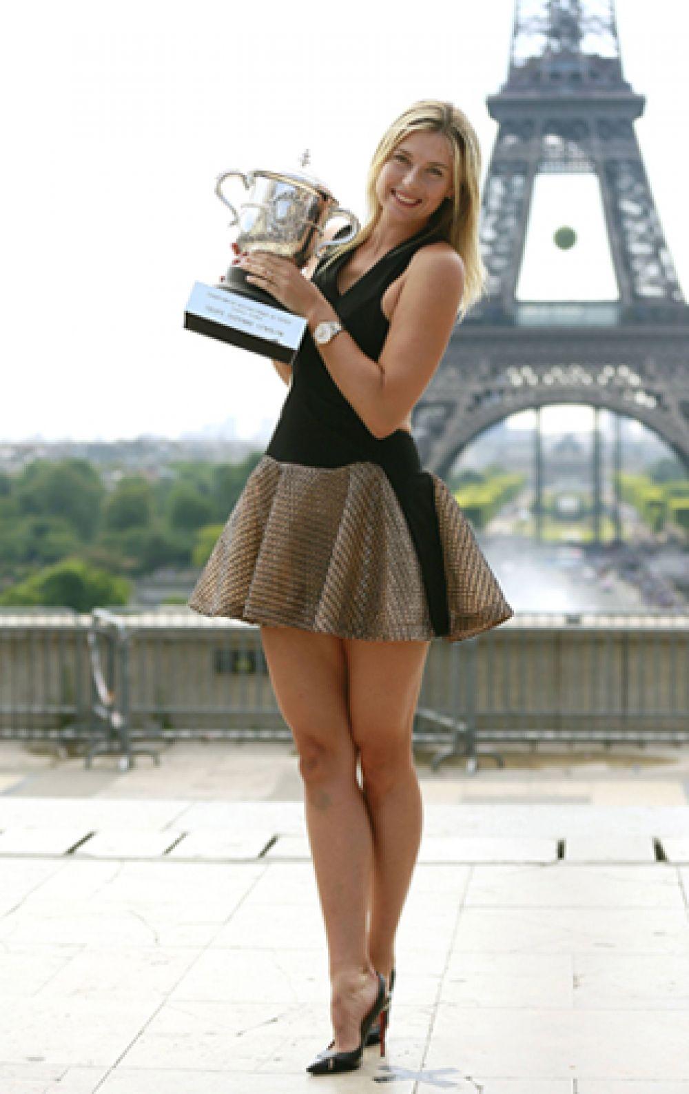 2014 год. Мария Шарапова на фотосессии у Эйфелевой башни в Париже после победы на «Ролан Гаррос».