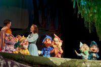 В этом спектакле заняты и актёры, и куклы.
