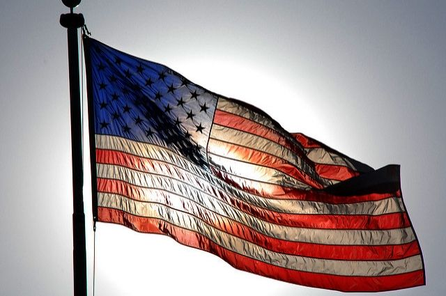 Вэфире американского канала после слов оКлинтон упал флаг США