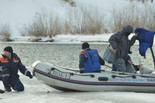 Рыбаки, рискуя жизнью, продолжаю выходить на тонкий лёд.