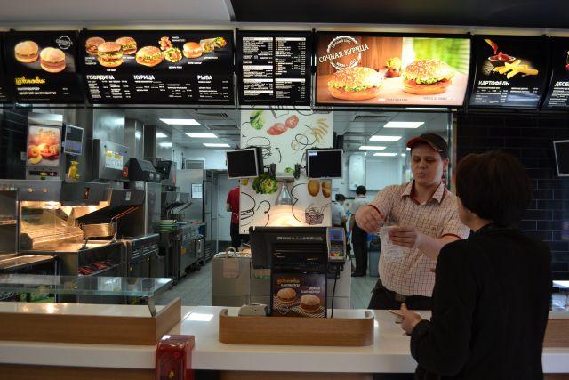 Четверть работников ресторанов «Макдоналдс» в Сибири имеют законченное высшее образование, но начинать карьеру всем приходится с низов.