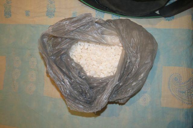 В Кемерове задержали торговца наркотиками с особо крупной партией.