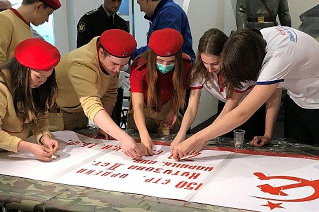 На Ямале сделали семь копий Знамени Победы.