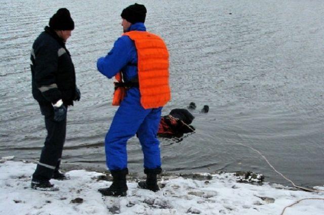 Спасатели транспортировали погибшего к берегу.