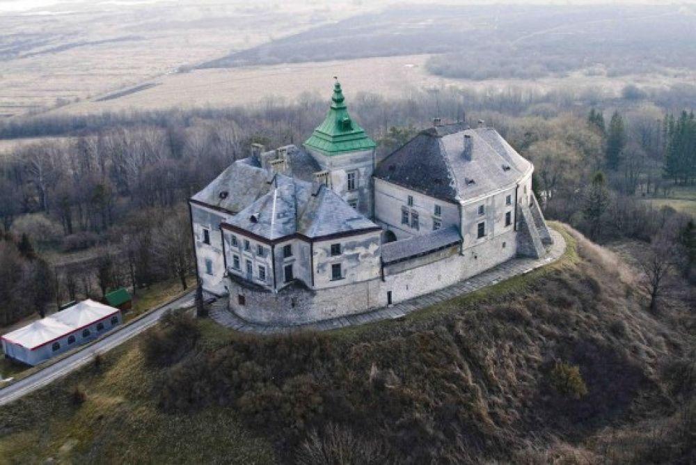 Олеський замок является памятником архитектуры и истории XIII-XVIII