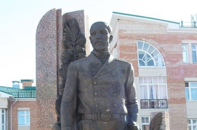 Памятник Александру Дунину-Горкавичу в Ханты-Мансийске.