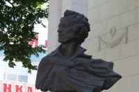 Памятник действует на людей не менее сильно, чем музыка или слово.