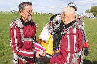 Тимур хазрат Ибрагимов учит курсантов прыгать с парашютом.