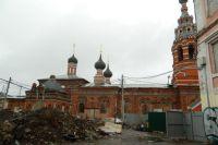 Строительные работы возле храма Сретения Господня, по мнению градозащитников, ведутся незаконно.