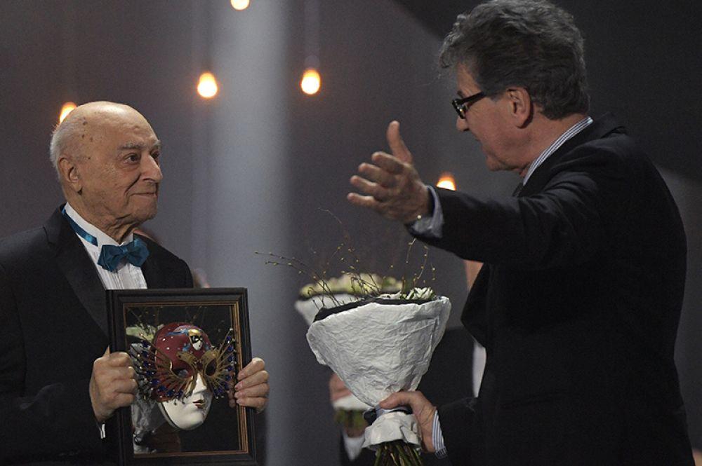Художественный руководитель Театрального института имени Щукина, народный артист СССР, актер Владимир Этуш, получивший премию «За выдающийся вклад в развитие театрального искусства».