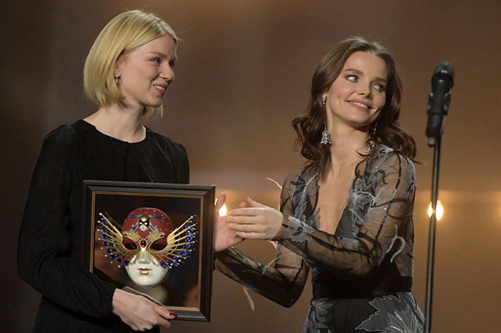 Актриса Елизавета Боярская и директор благотворительного фонда «Искусство, наука и спорт» Мария Красникова, получившая премию Союза театральных деятелей «За поддержку театрального искусства России».