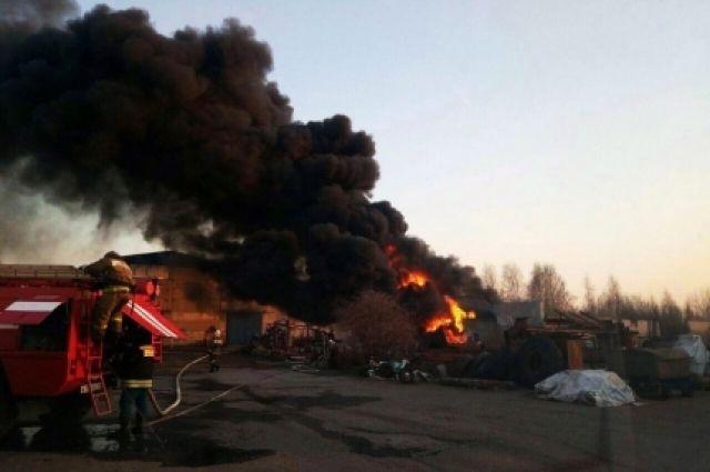 Огонь угрожал жизни пожарных.