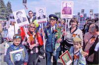 Каждое 9 мая Елена Васильевна (слева) в одном строю с отцом, которого знает только по письмам и рассказам родных.