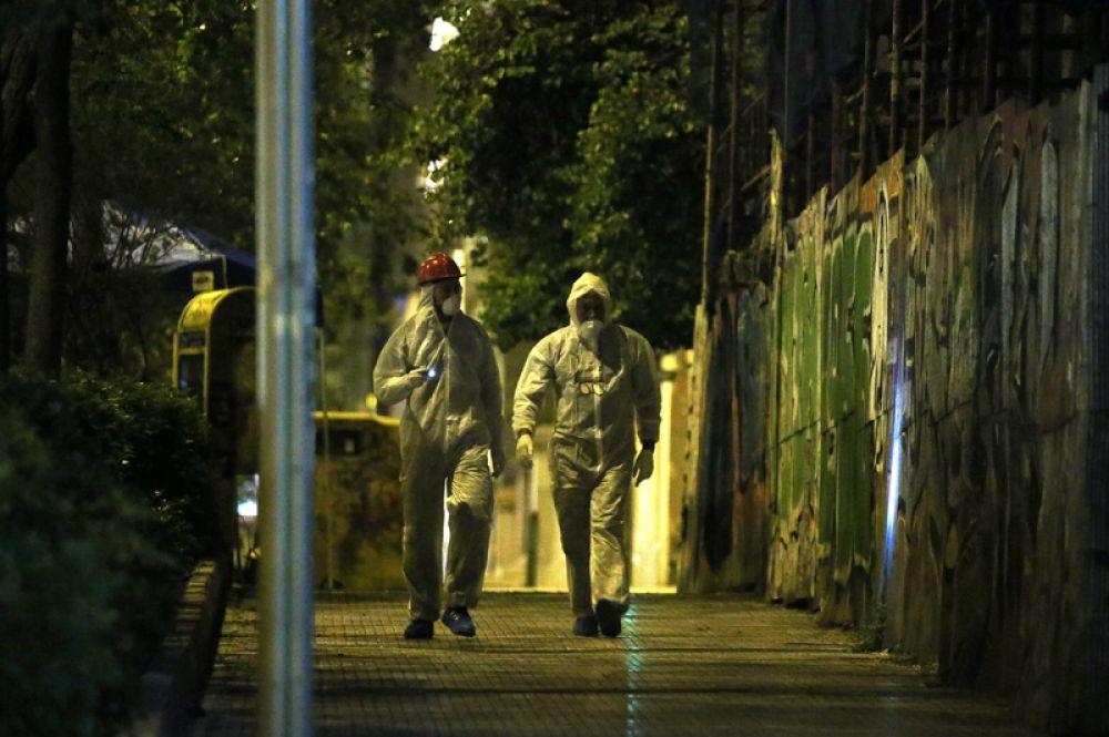 Полиция обеспечивает безопасность района после взрыва бомбы в центре Афин.