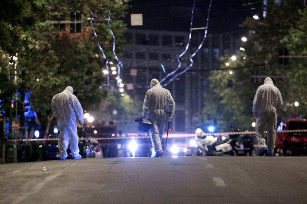 Полиция успела предпринять меры: стражи порядка перекрыли автомобильное и пешеходное движение по соседним улицам.