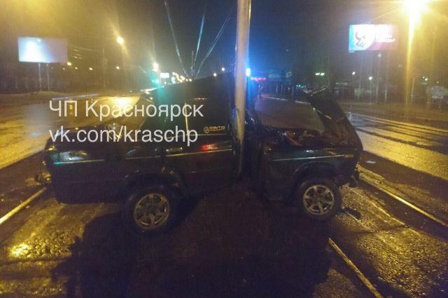 От удара машину чуть не разорвало на части.