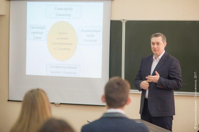 Мэр Смоленска Владимир Соваренко провел урок вшколе