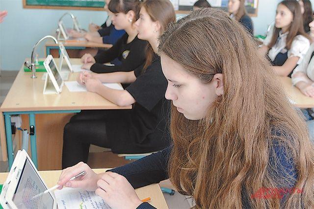 Школьники могут не только читать текст, но и сразу выполнять интерактивные задания.