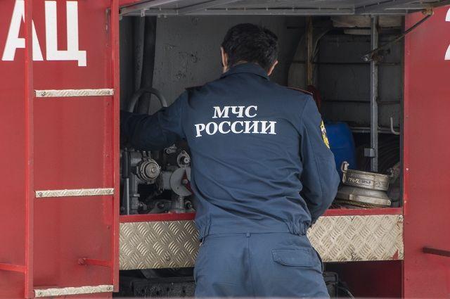 Омские пожарные два часа тушили пожар в частном доме.