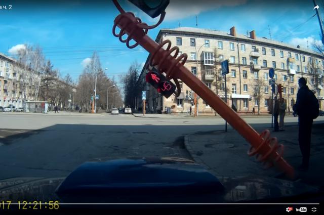 Видео с упавшим светофором попало в шоу на Первом канале.