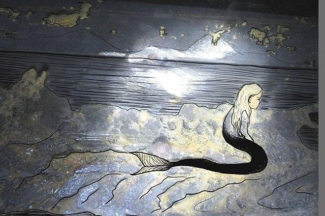 Русалка проявилась на стене подъезда с засохшей монтажной пеной.