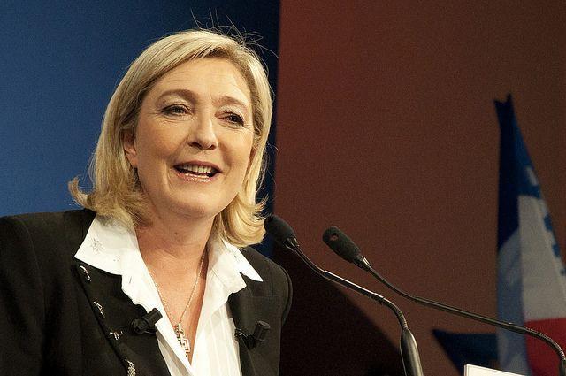 Кандидат впрезиденты Франции Марин ЛеПен добилась снятия флагов европейского союза