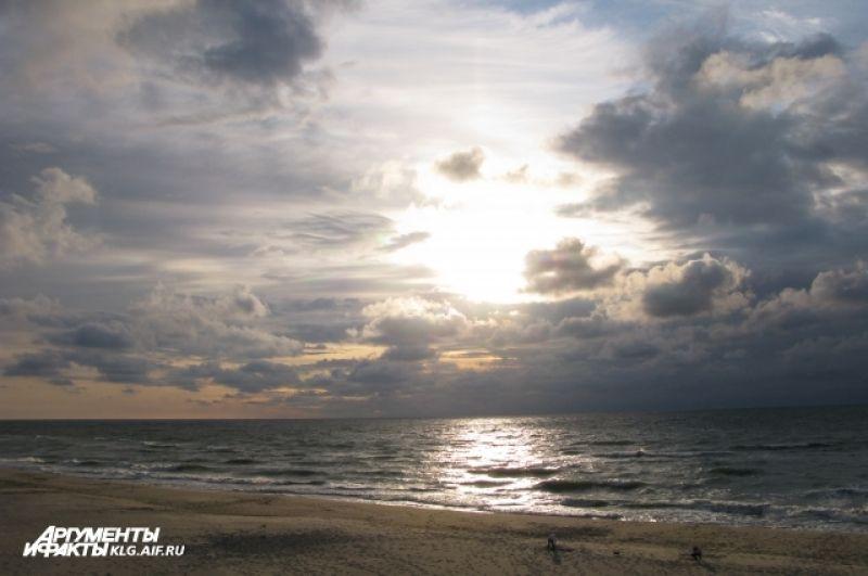 С одной стороны косы - Балтийское море, с другой - Куршский залив.