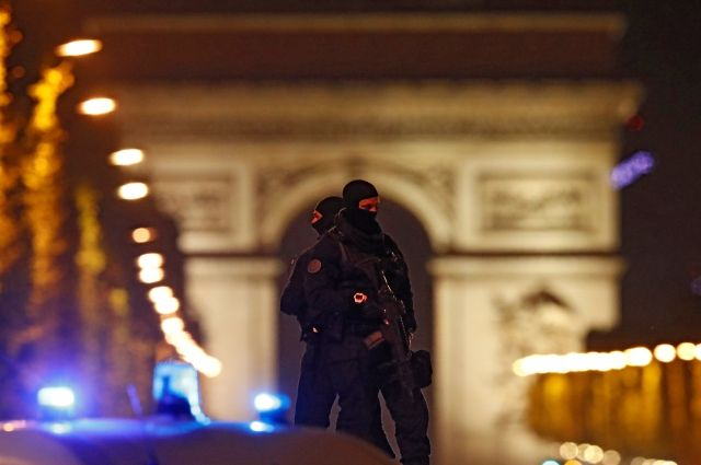 Нападение на полицейских в Париже не помешает президентским выборам