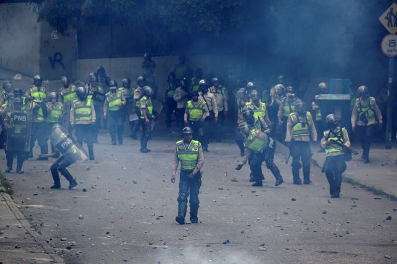 Протесты против президента Венесуэлы Мадуро в Каракасе.