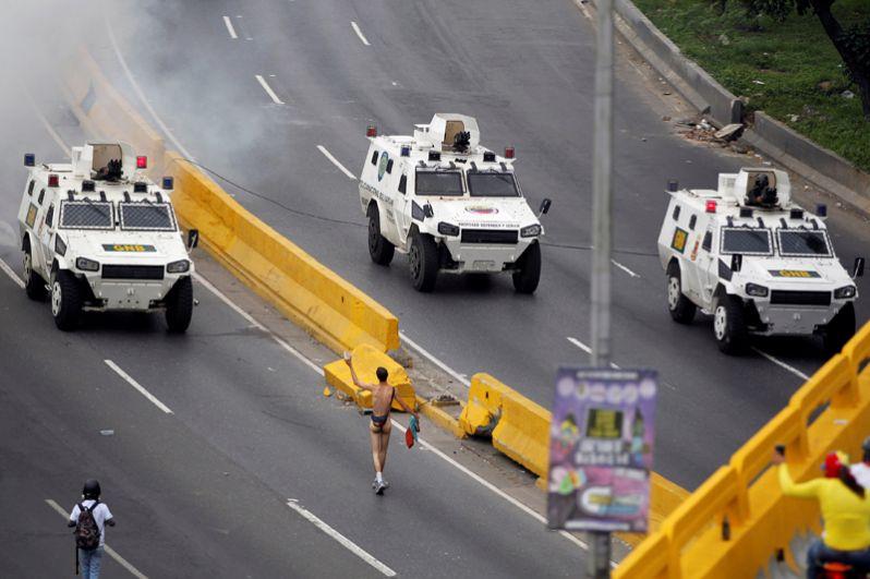 Лидеры оппозиции надеются, что акция протеста заставит избирательные органы запустить петицию, необходимую для проведения скорейшего референдума, направленного на отставку Мадуро.