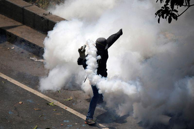 Манифестанты утверждают, что их демонстрации носят мирный характер, а беспорядки и столкновения возникают из-за провокаций со стороны проправительственных группировок и сил правопорядка.