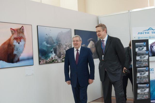 Одним из первых посетителей фотовыставки стал Виктор Толоконский.