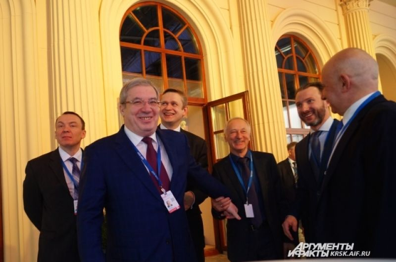 Губернатор Красноярского края Виктор Толоконский встречает гостей.