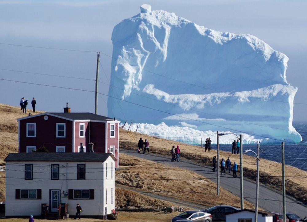 17 апреля. В небольшую канадскую деревню Ферриленд на острове Ньюфаундленд приплыл гигантский айсберг.