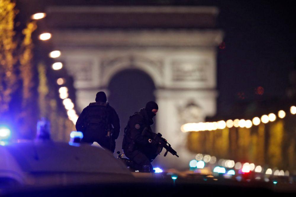 20 апреля. Вечером в среду в районе Елисейских полей в Париже произошла стрельба. На месте погиб один сотрудник полиции, еще один получил ранения.