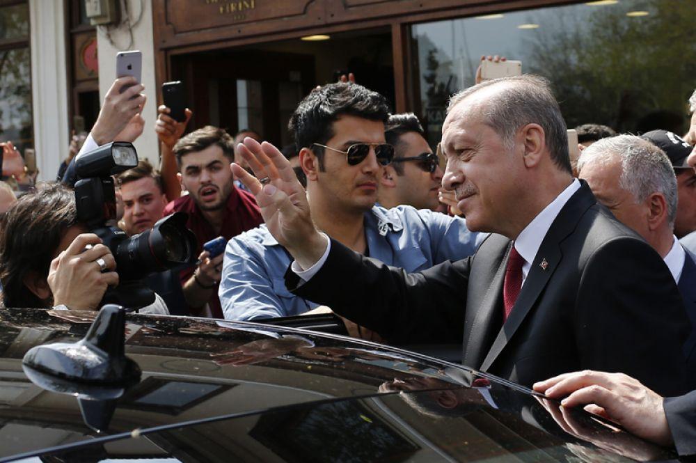 17 апреля. Президент Турции Реджеп Тайип Эрдоган после проведения референдума по изменению конституции государства. По итогам предварительного подсчёта голосов большинство населения (51,41%) проголосовали за переход от парламентской к президентской форме правления.