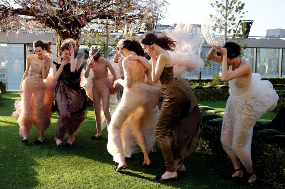 19 апреля. Модели перед показом Christian Dior Haute Couture на крыше торгового центра Ginza Six в Токио, Япония.