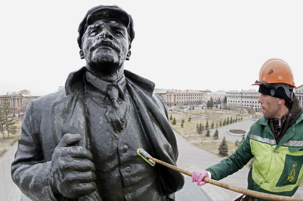 21 апреля. Рабочий моет статую Владимира Ильича Ленина накануне его юбилея, Красноярск.