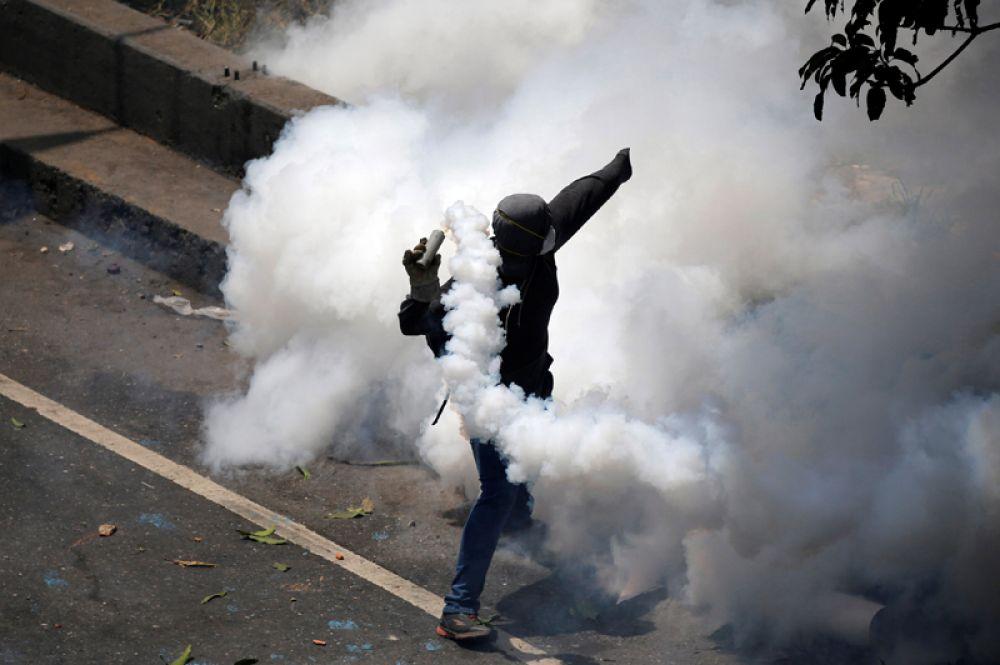 20 апреля. В Венесуэле не прекращаются массовые беспорядки. Их причиной стали решения Верховного суда, касающееся расширения полномочий президента Николаса Мадуро. С начала месяца уже пострадали около 223 человек, более 500 задержаны.