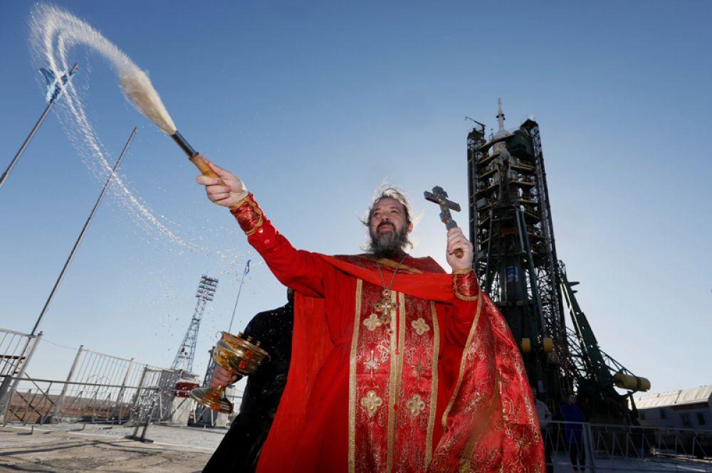 19 апреля. Священник проводит богослужение перед космическим кораблем «Союз МС-04» перед предстоящим запуском на стартовой площадке космодрома Байконур в Казахстане.