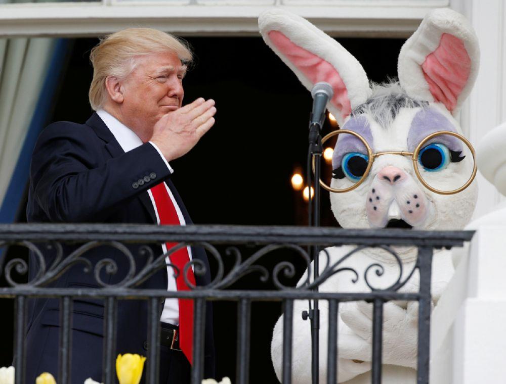 17 апреля. Дональд Трамп и пасхальный кролик на балконе Белого дома в Вашингтоне.